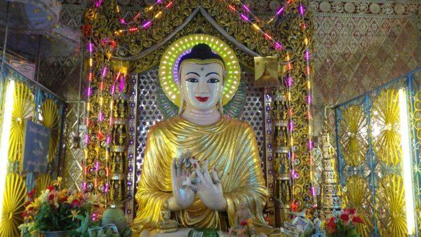 ミヤンマーの仏像はきらびやか
