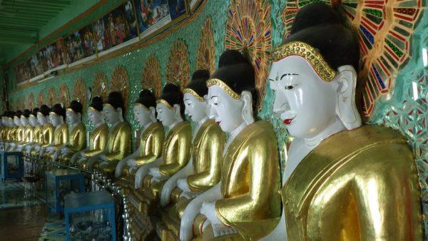 半円形に並べられた仏像群